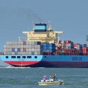maersk containerschip in haven rotterdam