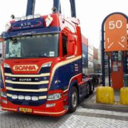truck laadt container op euromax terminal rotterdam