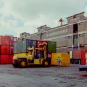 haven van rotterdam 1988 wilhelminakade containeroverslag, container op- en overslag, historie, geschiedenis,haven van rotterdam, havenfoto, foto, foto's, rotterdam, haven, historie container op-en overslag rotterdam, apmt rotterdam,apm,kramer, rwg, c.steinweg, qd, kroonvlag, ect, mtr, handelsveem, jc meijers, rst, umiport,ect delta, hanno, euromax, ect,unitcentre, ect home,havenwerk010, containers, port of rotterdam, containercargo, cargo, harbourphoto, photo, pictures, history container rotterdam , dockworkrotterdam.com, rotterdamhavenwerk.nl,containerhandling, laden en lossen, haven,