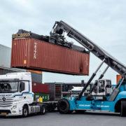 containerwordt op truck gezet in de haven van rotterdam,