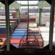 zicht vanuit de kraancabine met containerschip