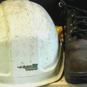 helm en veiligheidsschoenen van havenwerker