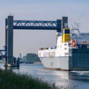 roro schip verlaat de haven van rotterdam