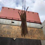 afvoer van stuwhout uit schip in de haven van rotterdam