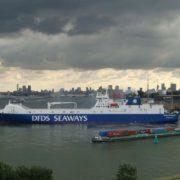 roro schip van dfds in de haven van vlaardingen rotterdam