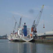 schip in de merwehaven rotterdam