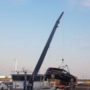 auto lossen van binnenvaartschip met boordkraan