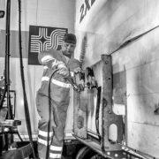 Aansluiten van leidingen trailer tijdens roro transport