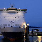 ropax schip van p&o ferries in de haven van rotterdam