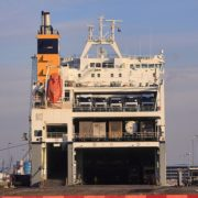 roro schip in de haven van rotterdam