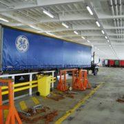 trailer in ruim van een rorro schip in de haven van rotterdam