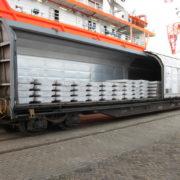 beladen spoorwagon met aluminium t bars in de haven van rotterdam