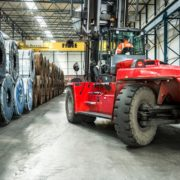 zware vorkheftruck verplaatst rol staal in de haven van rotterdam