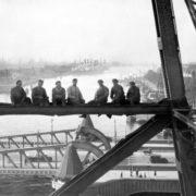 schilders-van-de-hefbrug-tijdens-schafttijd-in-1932