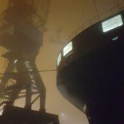 schip met kraan in de mist