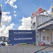 dubbel stack containers komen uit een roro schip in rotterdam