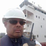 dekman in de haven aan boord schip
