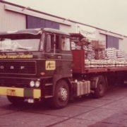 vrachtwagen van sluyter transport geladen met aluminium in de haven van rotterdam