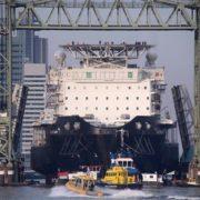 groot zeeschip passeert brug de hef rotterdam