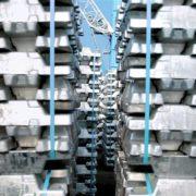 bundels van aluminium in de haven van rotterdam