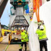 havenwerker maakt hijsband los in de haven van rotterdam