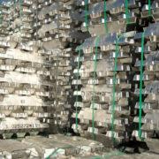 bundels van aluminium in een opslagloods in de haven van rotterdam