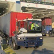 terminal trekker rijdt uit roro schip