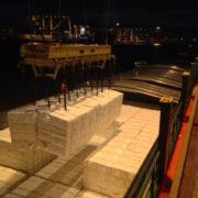 lossen van cellulose in de haven van rotterdam met een hijsframe