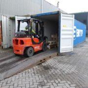 vorkheftruck laadt goederen in een container in de haven van rotterdam