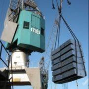overslag met hijskraan van staal in de haven van rotterdam
