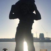 beeld van de lastdrager aan de rijnhaven rotterdam