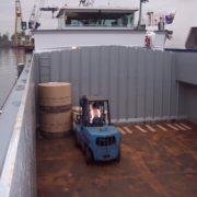 laden van rollen papier in een binnenvaartschip in de haven van rotterdam