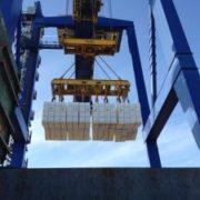 lossen van cellulosemet een hijsframe in de haven van rotterdam
