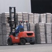 vorkheftruck verplaatst bundels aluminium in de haven van rotterdam