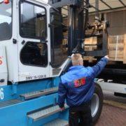 havenwerker geeft aanwijzingen bij het laden in de haven van rotterdam