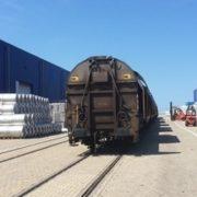 spoorwagon op een terminal in de haven van rotterdam
