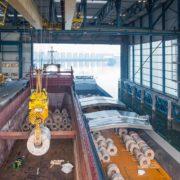 laden van staal in de haven van rotterdam